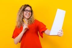 Женщина в платье с чистым листом бумаги и карандашем Стоковые Изображения RF