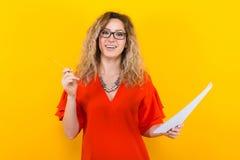 Женщина в платье с чистым листом бумаги и карандашем Стоковые Фотографии RF