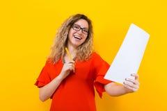 Женщина в платье с чистым листом бумаги и карандашем Стоковые Изображения