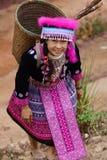 Женщина в платье трибы холма Стоковые Фото
