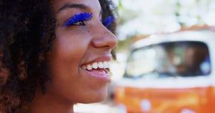 Женщина в плетках голубого глаза на музыкальном фестивале 4k видеоматериал