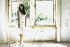 Женщина в покинутом доме стоковое фото