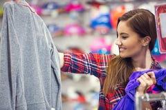 Женщина в покупках моды стоковые фотографии rf