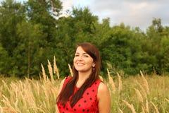Женщина в поле с ушами стоковая фотография rf