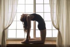 Женщина в положении йоги posa верблюда стоковые изображения