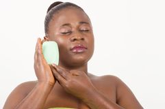 Женщина в полотенце держа естественное мыло стоковые изображения