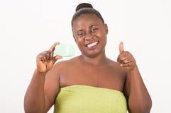 Женщина в полотенце держа естественное мыло стоковые фото