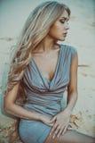 Женщина в портрете платья стоковые изображения rf