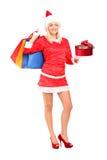 Женщина в подарке и мешках удерживания costume рождества Стоковое фото RF