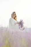 Женщина в поле лаванды Стоковое Изображение RF
