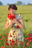 Женщина в поле маков стоковое изображение