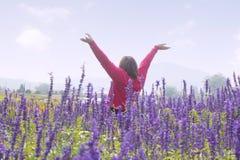 Женщина в полях цветка Стоковое фото RF