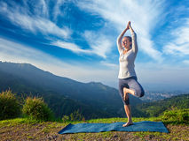 Женщина в представлении дерева Vrikshasana йоги outdoors Стоковая Фотография