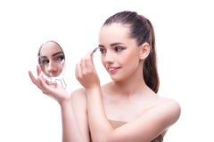 Женщина в применяться концепции красоты составляет использующ косметики Стоковые Фото