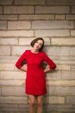 Женщина в прихожей держа руки за телом Стоковые Фото
