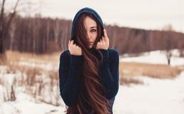 Женщина в прогулках поля стоковое фото rf
