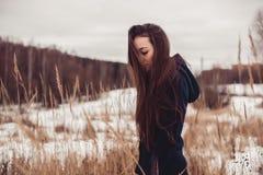 Женщина в прогулках поля стоковая фотография rf