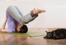 Женщина в протягивать представление йоги Стоковые Фотографии RF