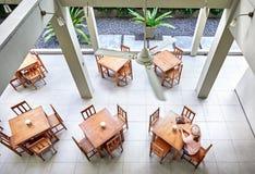 Женщина в пустом кафе Стоковое Изображение RF