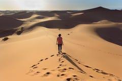 Женщина в пустыне Сахары в Марокко стоковое изображение