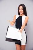 Женщина в платье давая документ к подписанию стоковые фото
