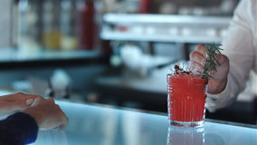 Женщина в платье вечера оплачивая с наличными деньгами для коктеиля Стоковые Фотографии RF