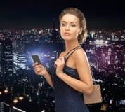 Женщина в платье вечера с карточкой vip Стоковое Изображение RF
