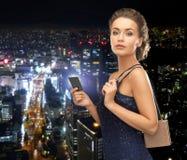Женщина в платье вечера с карточкой vip Стоковые Изображения