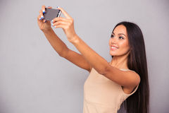 Женщина в платье делая фото selfie на smartphone Стоковая Фотография