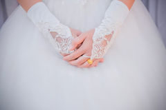 Женщина в платье невесты с кольцом золота свадьбы на пальце невесты Стоковые Фотографии RF
