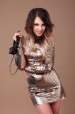 Женщина в платье с наушниками стоковые изображения