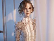 Женщина в платье шнурка на окне Стоковая Фотография RF