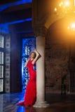 Женщина в платье люкса с кроной любит ферзь, принцесса, партия светов стоковое изображение rf