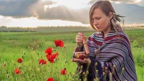 Женщина в плащпалате с шаром петь сидит на поле цветка под пасмурным небом захода солнца акции видеоматериалы