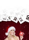 Женщина в резк сниженная цена предложения крышки рождества на подарке стоковая фотография