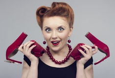 женщина в ретро стиле с красными ботинками Стоковые Фото