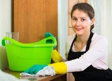 Женщина в рисберме очищая дома Стоковые Изображения