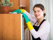 Женщина в рисберме очищая дома Стоковая Фотография RF