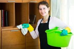 Женщина в рисберме очищая дома Стоковые Фото
