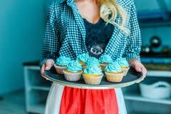 Женщина в рисберме с пирожными Стоковые Фото