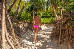 Женщина в розовом бикини на пляже стоковое фото rf
