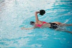 Женщина в розовом заплывании swimwear в бассейне открытого моря с специальным оборудованием стоковое изображение
