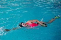 Женщина в розовом заплывании swimwear в бассейне открытого моря стоковые фотографии rf