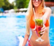 Женщина в руке бикини с mojito клубники стекла коктеиля близко Стоковые Изображения RF