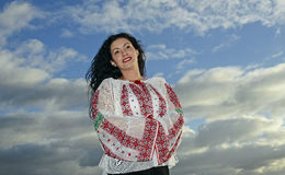 Женщина в румынских традиционных одеждах Стоковая Фотография