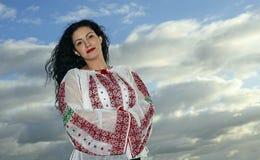 Женщина в румынских традиционных одеждах Стоковые Изображения RF
