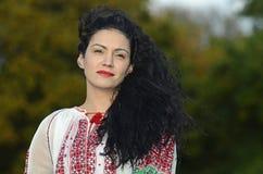 Женщина в румынских традиционных одеждах Стоковые Изображения