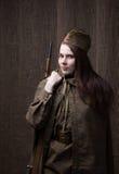 Женщина в русской военной форме с винтовкой Женщина-солдат во время Второй Мировой Войны Стоковые Фото