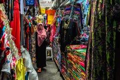 Женщина в рынке ткани внутри solo, Индонезия Стоковое Изображение RF
