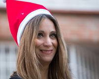 Женщина в саде дома с шляпой рождества стоковое изображение